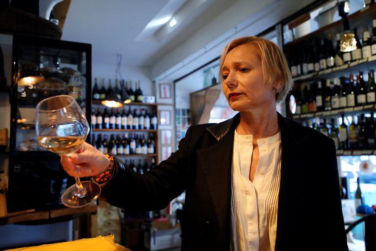 De Franse oenoloog Sophie Pallas heeft na herstel van corona deel van  haar smaak en reuk terug, maar kan dat gereedschap nog niet volledig inzetten. Beeld REUTERS