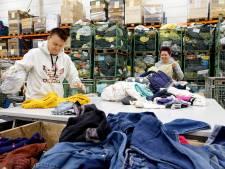De kleding blijft maar komen bij het textielsorteercentrum in Schijndel