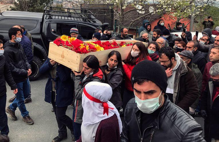 Rouwend publiek draagt de kist van Helin Bolek (28), een folkmuzikant en lid van Grup Yorum, een band die in Turkije verboden is vanwege zijn protestmuziek. Beeld AP