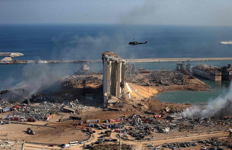 Luchtbeeld van de ravage in de haven van Beiroet. 'Men speelde een bijzonder gevaarlijk spel.Dit ongeval stond in de sterren geschreven.' Beeld AFP