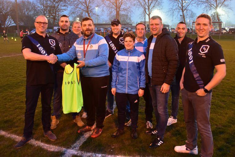 Enkele bestuursleden van 'Iseghemse Bruges Clan' (Stefaan Snoeck, Mitch Dejonckere, Wouter Cappelle, Manu Lafere en Dieter Coudron) overhandigen symbolisch een hesje aan de mensen van G-voetbal KFC Mandel United.