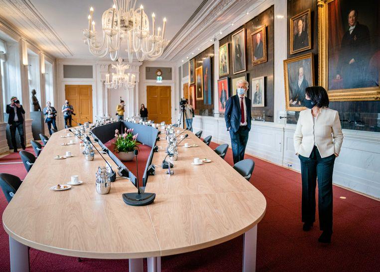 Khadija Arib en Geert Wilders (PVV) in afwachting van de andere zestien partijleiders in het parlement in de rooksalon, de dag na de verkiezingen. Beeld ANP