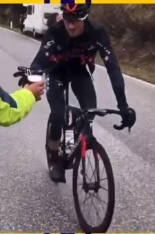 Gianni Moscon attrape une bière en pleine montée du Passo Giau