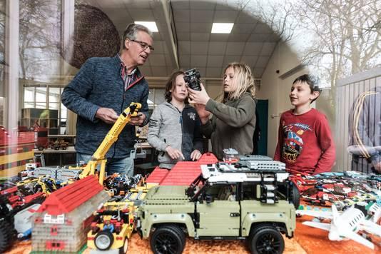 Jacques Beemsterboer heeft een Legodorp opgebouwd in basisschool De Horizon in Doesburg. Ouders kunnen de bouwwerken door de ramen heen bekijken.