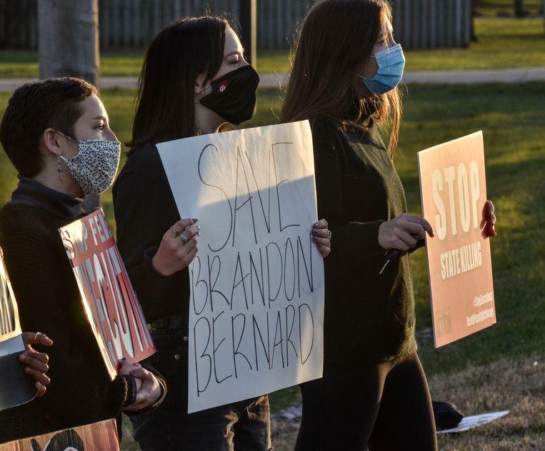 Een demonstrant houdt een bord vast met daarop