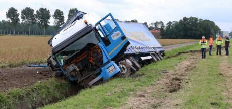 Trucker rijdt langs A6 sloot in na steek van bij