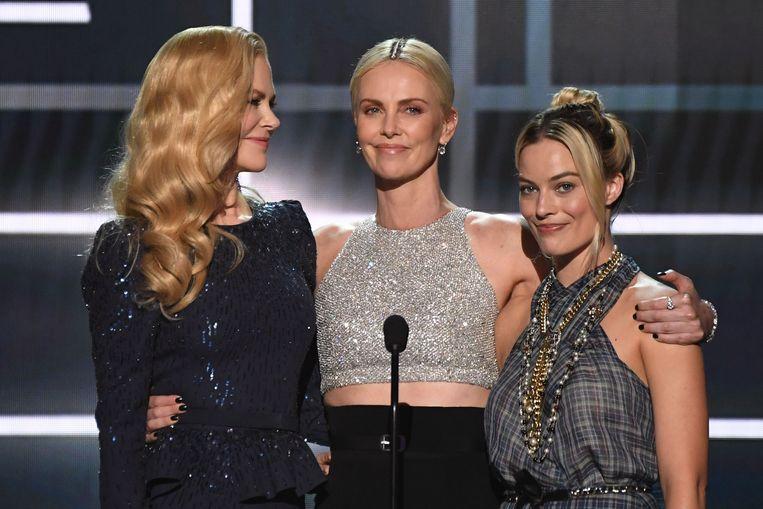Nicole Kidman, Charlize Theron en Margot Robbie tonen een clip van 'Bombshell' tijdens de Screen Actors Guild Awards.  Beeld AFP