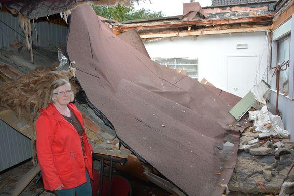 Maria Wauters bij het ingestorte dak van de kleine zaal van het Gildenhuis.