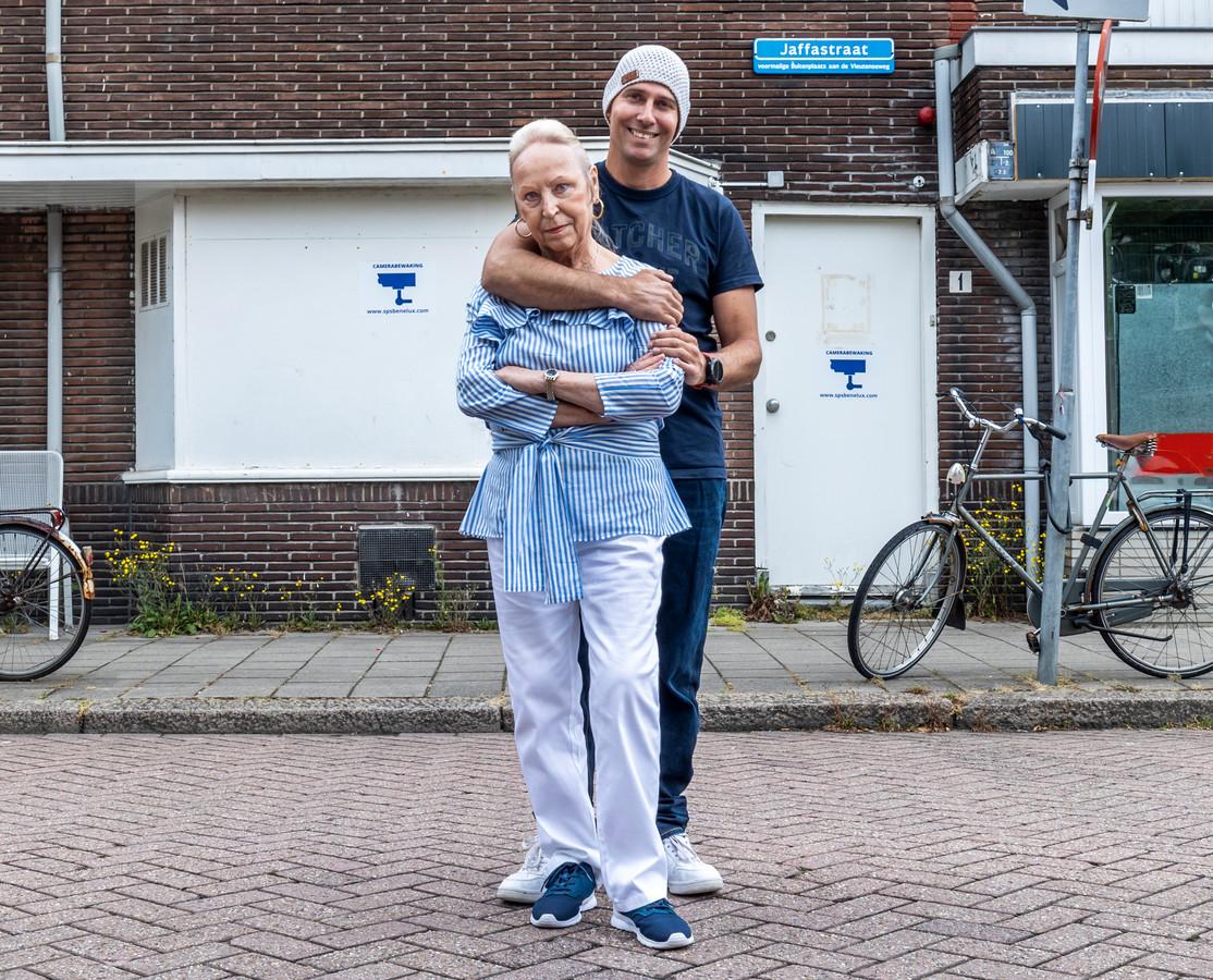 Andries en Inca voor de voormalige seksclub van Jan Bik in de Jaffastraat.