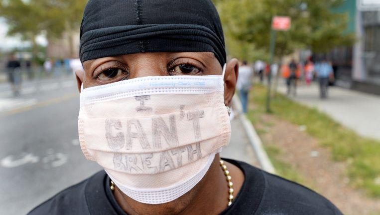 Een demonstrant draagt een mondkapje met daarop 'I can't breath' tijdens protesten na de dood van Garner Beeld epa