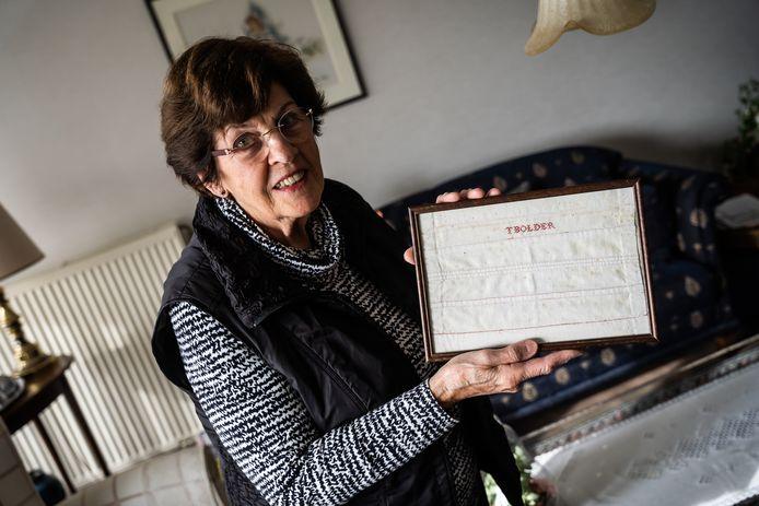 Mevrouw Van Bon-Baakman met het stukje linnen van 100 jaar oud.