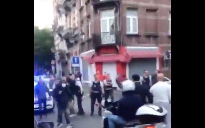 Heel wat buurtbewoners kwamen dinsdag de straat op nadat de politie volgens een van hen een bal had afgenomen van enkele kinderen die er aan het voetballen waren.