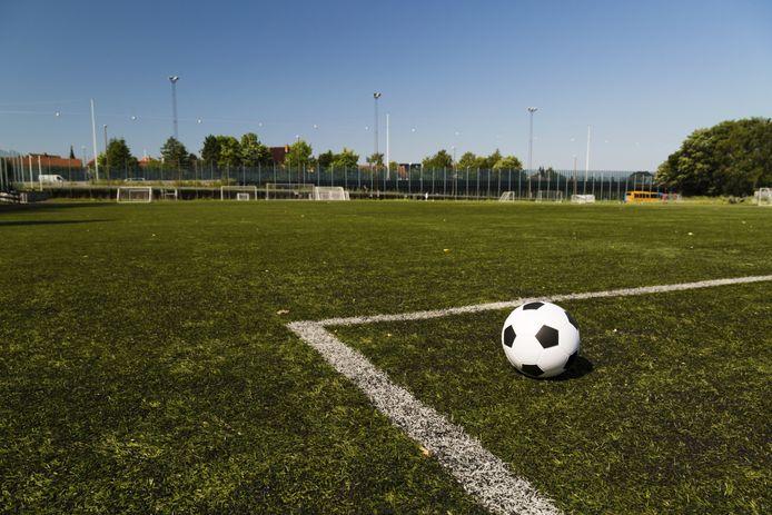 De voetbalvelden blijven voorlopig nog leeg in de weekenden.