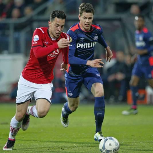 Thom Haye snelt langs Marco van Ginkel.