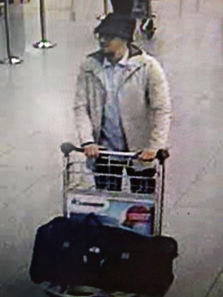Op beelden voor de aanslag in Zaventem is de man met het hoedje te zien. Hij wordt verkeerdelijk geïdentificeerd als Fayçal Cheffou.  Beeld EPA
