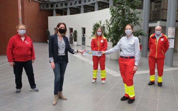 Burgemeester Emmily Talpe kocht alvast een Rode Kruissticker.