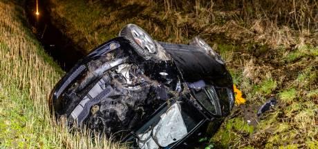 Automobilist mist bocht en belandt in sloot naast A17 Moerdijk
