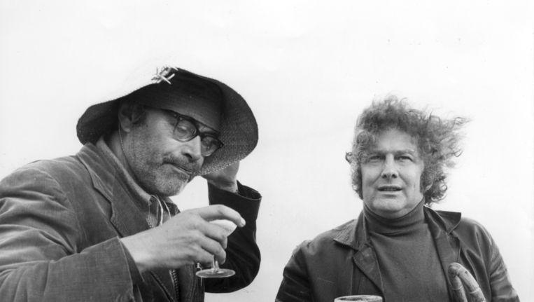 Godfried Bomans wordt afgelost door Jan Wolkers op Rottumerplaat voor een radioprogramma, 1971. Beeld anp