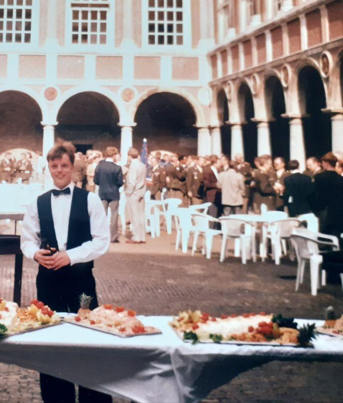 Dienstplichtige Joep Schets als hofmeester op de KMA in Breda (1992).