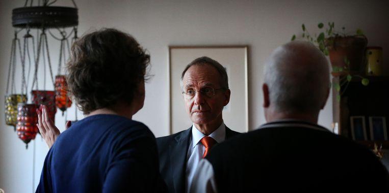 Minister Henk Kamp bezoekt een familie in Woltersum die schade ondervindt door de aardbevingen. Beeld null