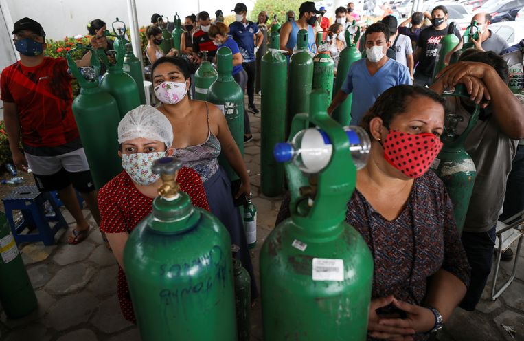 Familieleden van covidpatiënten in Manaus kopen zuurstof bij een commercieel bedrijf in Manaus.  Beeld Reuters