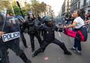 La police locale, les Mossos d'Esquadra, charge contre les manifestants au coeur de Barcelone