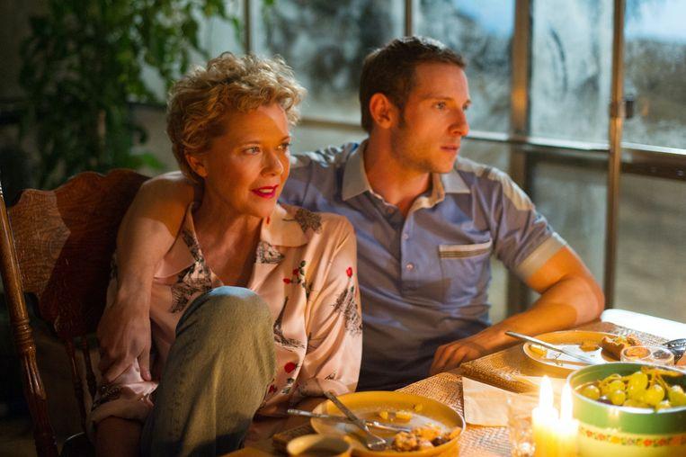 Annette Bening en Jamie Bell in Film Stars Don't Die in Liverpool van Paul McGuigan. Beeld