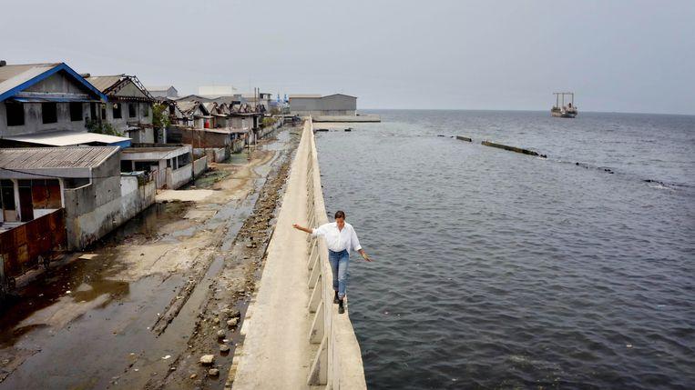 Melati Wijsen in Jakarta, een stad die door bodemdaling langzaam wegzakt. Beeld Cinéart
