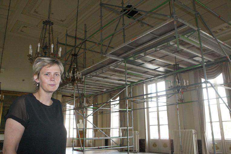 Schepen Katrien Partyka in de raadszaal van het stadhuis, waar onlangs een stuk van het plafond naar beneden viel.