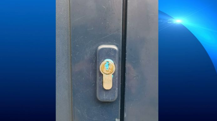 Meerdere sleutelgaten zaten dichtgestopt met een blauwe stof.