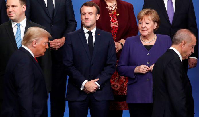 Emmanuel Macron en  Angela Merkel lijken Donald Trump niet zo heel erg serieus te nemen.