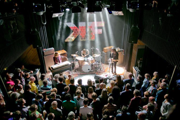 Afgeladen vol zoals bij dit concert van DeWolff in de Vlaardingse Kroepoekfabriek zal het overigens nog niet worden.