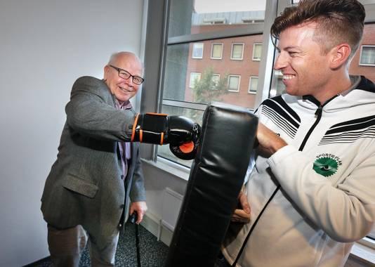 Gewoon een potje boksen helpt ook tegen de eenzaamheid, zo tonen sportdocent Stefan Barrett en de heer Van Marle (80) tijdens de hackathon.