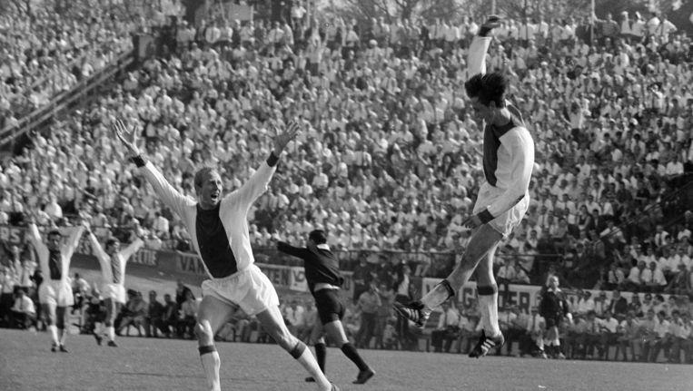 Vreugde bij de Ajaxieden na een doelpunt van Cruijff (l) in 1968. Beeld anp