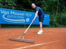 Even schrikken voor groundsman Maarten: tennisbanen Dutch Open veranderen door regen in buitenbad