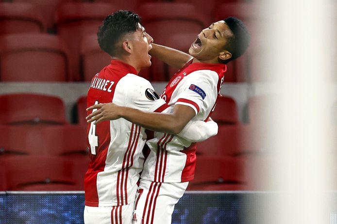 Edson Alvarez en David Neres vieren de tweede treffer van Ajax tegen Lille.