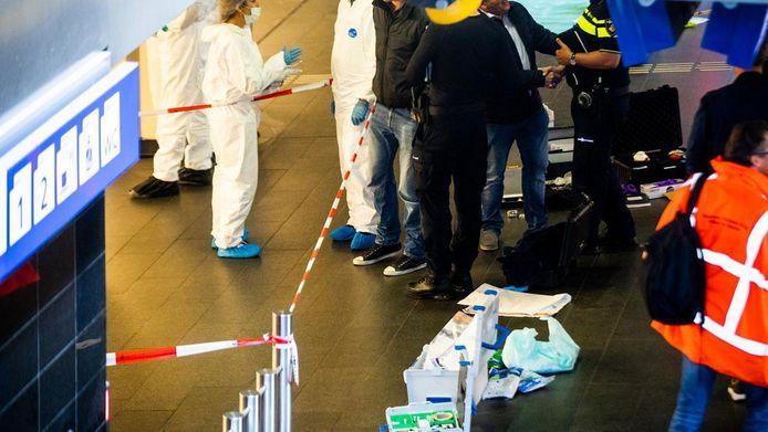 De politieagenten die de messentrekker in het Centraal Station in Amsterdam uitschakelden, moesten in een split second beslissen of ze hem zouden neerschieten.