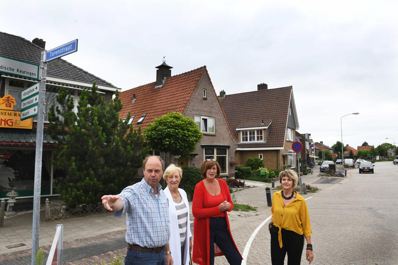 Tjerk Boorsma met medewerkers van het Berkje bespreken hoe de Hoofdstraat er gaat uit zien aan het einde van het jaar.