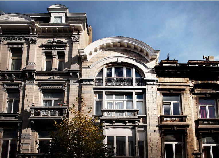 De derde verdieping: het balkon onder de ronde kroonlijst. Hier werden de bommengordels genaaid: rue Henri Bergé 86 (3de verdieping), Schaarbeek. Beeld Eric de Mildt