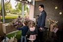 Dave en de kinderen op de uitvaart van Tina. Daar moest niet alleen plaats zijn voor Stan Van Samangs 'Een ster', maar ook voor 'Simply the Best'.