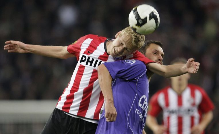 Kopduel tussen de PSVer Stefan Nijland (L) en de Graafschap-speler Leon Hese. Foto ANP/Ed Oudenaarden Beeld