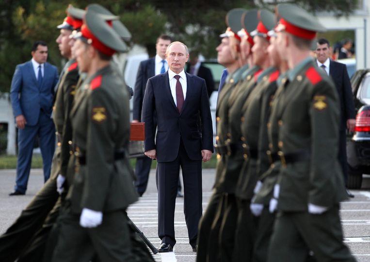 Poetin schouwt zijn troepen tijdens een militaire parade. Beeld EPA