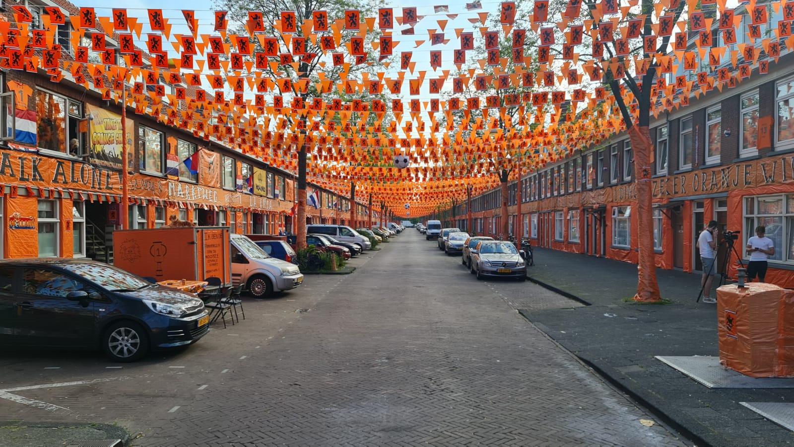 De Marktweg in Den Haag kleurt oranje in aanloop naar het EK.
