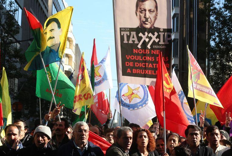 Demonstranten na de aanslag in Ankara met op links een vlag van de PKK-leider Beeld afp