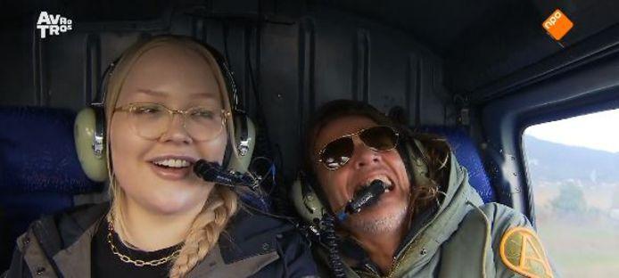 Nikkie de Jager en Tygo Gernandt in een helikopter in Wie is de Mol?.
