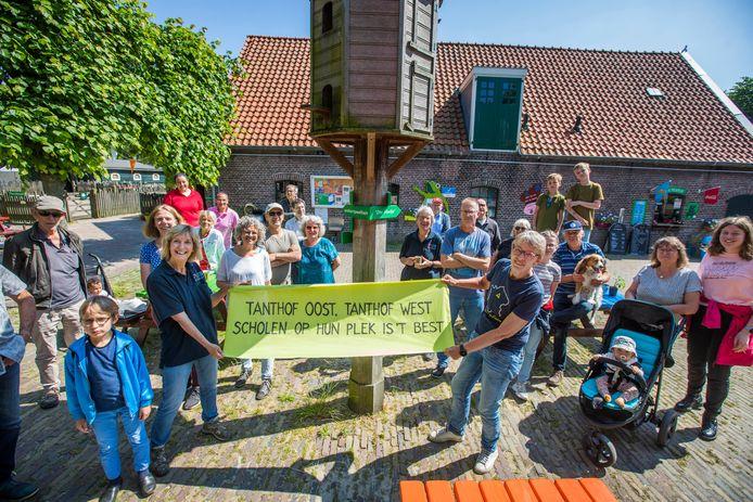 Protest bij Kinderboerderij Tanthof tegen het scholencomplex vorig jaar. Het plan bleek uiteindelijk te duur.