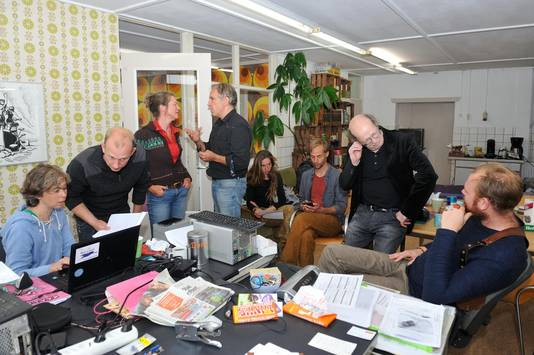 Harmen Zijp (rechts) en Diana Wildschut (l.) voeren 'crisisberaad' in het kantoor van War.