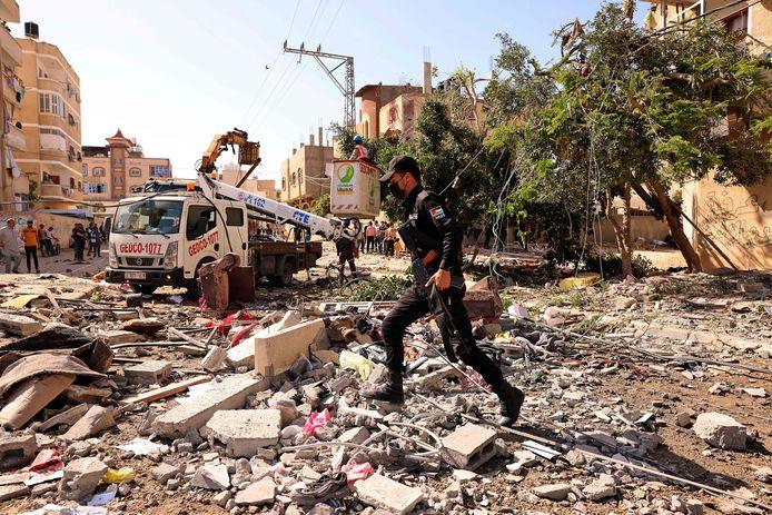 De restanten van een gebouw dat werd gebombardeerd tijdens een Israëlische luchtaanval in Khan Yunis in de Gazastrook.