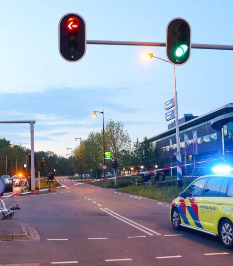 Auto schept fietsster in Apeldoorn, traumaheli opgeroepen