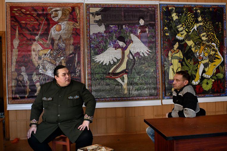 Schrijver Leonid Soengorkin (l.) wilde op zijn hectares een park ontwikkelen voor de Nanai, een inheems volk uit de regio waartoe hij behoort.  Beeld Yuri Kozyrev / Noor